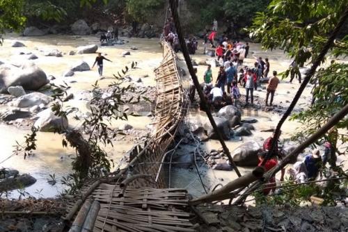 Jembatan Gantung Putus Saat 50 Warga Melintas di Atasnya, 30 Orang Terluka