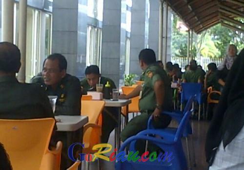 Enaknya Jadi PNS di Pemprov Riau, Disaat Jam Kerja Masih Bisa Nongkrong di Kantin
