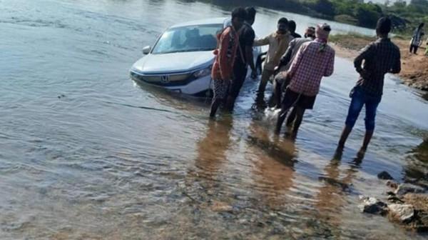 Sopir Terlalu Percaya Google Maps, Mobil Honda Tercebur ke Kolam