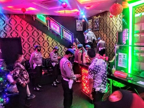 Belasan Anggota Propam Masuki Tempat Hiburan Malam Pekanbaru, Mana Tahu Masih Ada Polisi Bandel
