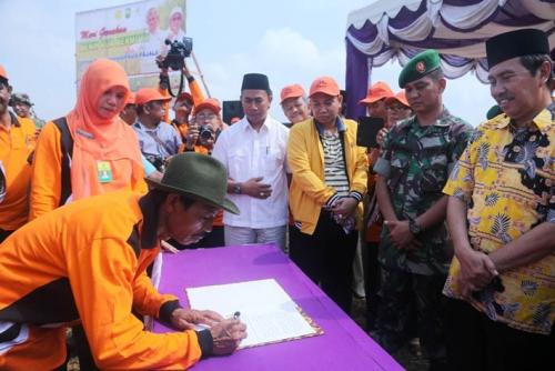 Panen Raya di Bungaraya, Bupati Syamsuar Bantu Handtractor dan Bibit