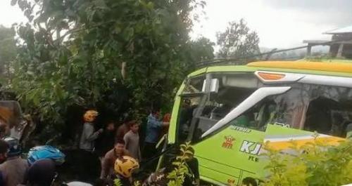 Bus Pariwisata Tabrak 6 Kendaraan, 4 Orang Tewas dan 20 Terluka