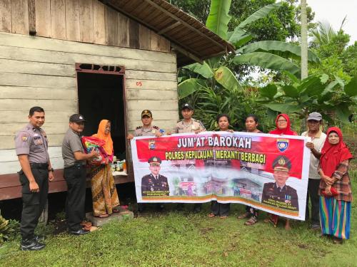 Tim Jumat Barokah Polres Kepulauan Meranti Sambangi Kediaman Nenek 70 Tahun