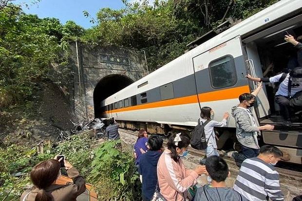 Kereta Api Tabrak Truk, 48 Orang Tewas dan 66 Luka-luka
