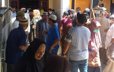 Bupati Seram Barat Wafat Terpapar Covid-19, Warga Ramai Melayat, Keluarga Tolak Dimakamkan Secara Prokes