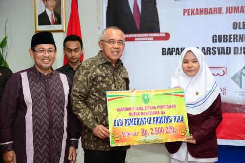 Sebanyak 108 Mahasiswa Universitas Abdurrab Pekanbaru Terima Bantuan Pendidikan dari Gubernur Riau