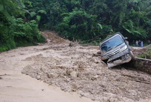 Jalan Lintas Sumbar - Riau Kembali Longsor, Satu Mobil Terseret Lumpur