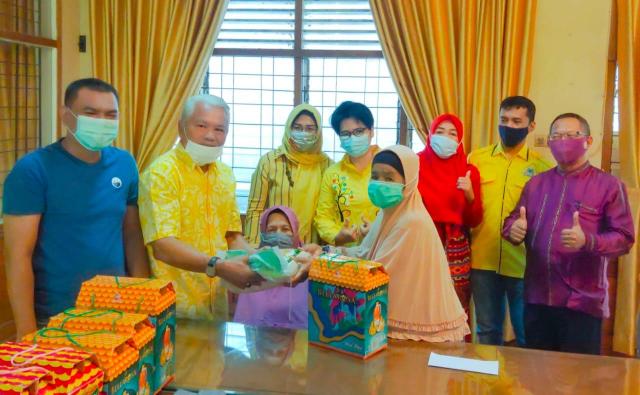 Golkar Riau Berbagi Terus Berlanjut, Kali Ini Bingkisan Lebaran untuk Wanita Pejuang