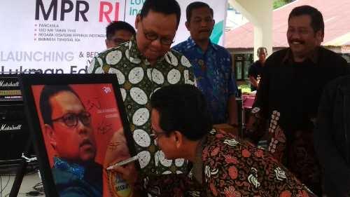 Sosialisasi 4 Pilar Kebangsaan, Lukman Edy Launching Buku Biografi di SMAN 8 Pekanbaru