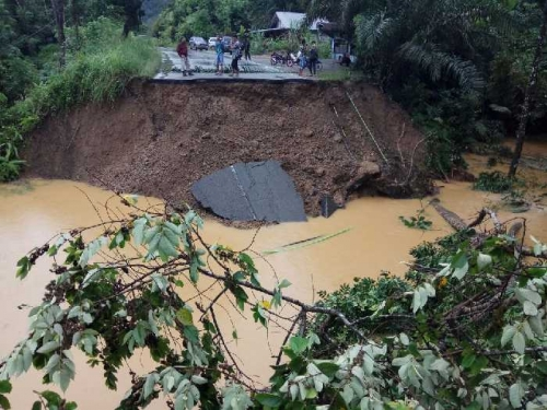 Banjir Mulai Surut, Daerah Pangkalan Sumbar Masih Terisolir Hingga Pagi Ini Akibat Longsor yang Menutup Jalan, Berikut Info Terbarunya