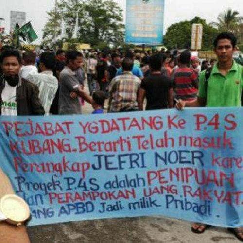 Warga Demo dan Minta Bupati Kampar Dipenjarakan, Lintas Riau-Sumbar Lumpuh