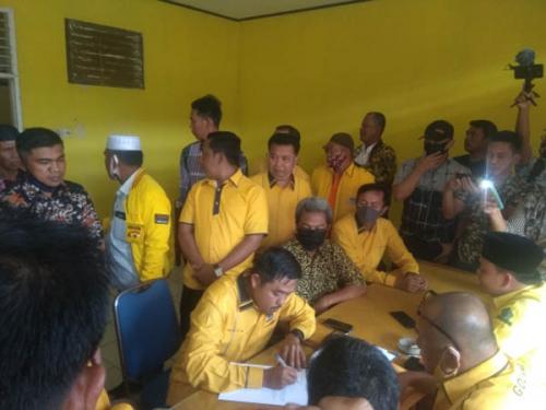 Puluhan Kader Antarkan Repol Mengembalikan Formulir Pencalonan Ketua Golkar Kampar