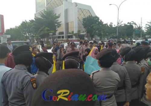 Minta Polri Tindak Oknum Polisi Penembak Mahasiswa di Kendari, Puluhan Mahasiswa Geruduk Mapolda Riau