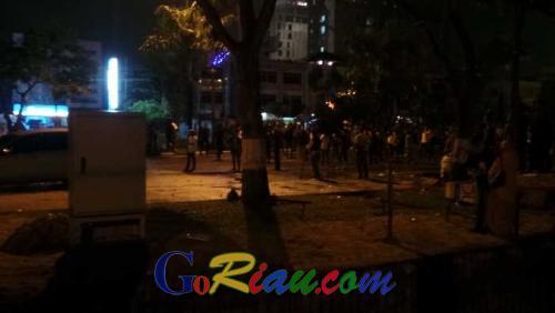 Massa Kongres HMI Tawuran Massal di Ruas Jalan Jenderal Sudirman, Polisi Lepaskan Tembakan Peringatan
