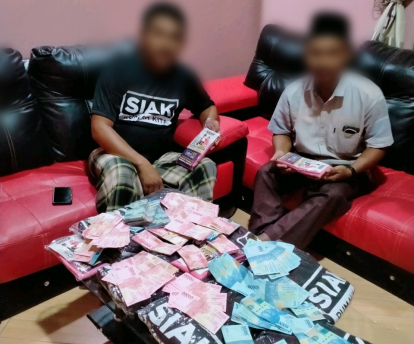 Foto 2 Orang Pria dengan Tumpukan Uang serta Foto Paslon Bupati Siak Nomor Urut 1 Beredar di Media Sosial