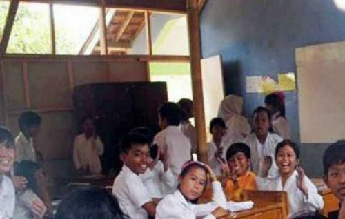 Ruangan Kurang, Murid SD di Desa Ini Belajar di Bekas Gudang Berukuran 4x8 Hingga ke Parkiran Sekolah