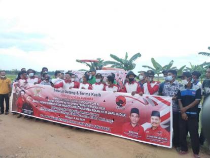 Petani Pematang Sikek Terima Bantuan Alat Pertanian dari Effendi Sianipar