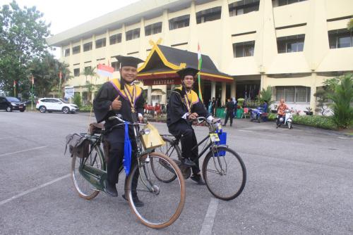 Unik, Dua Wisudawan Ini Gunakan Sepeda Klasik Saat Wisuda Drive Thru Unilak