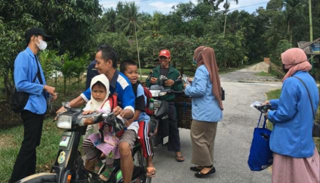 Mahasiswa KKN di Desa Berancah Berkolaborasi Bagikan Masker untuk Masyarakat