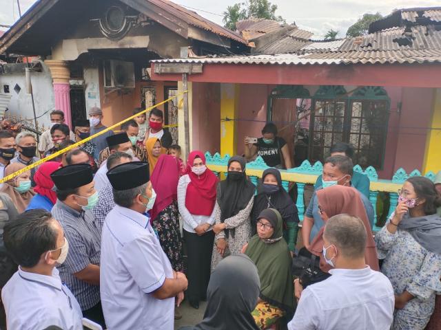 Bupati Alfedri Santuni Keluarga Korban Kebakaran di Perawang Barat
