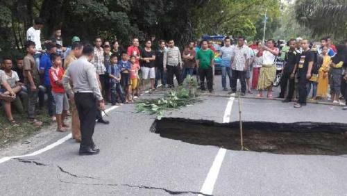 Sore Tadi, Jalan Lintas Bangkinang-Rantau Berangin Amblas Sepanjang 8 Meter, Arus Kembali Dialihkan