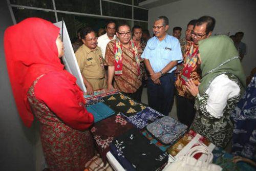 Menkop UKM Puji Batik Bono Produksi Rumah Batik Andalan Binaan PT RAPP