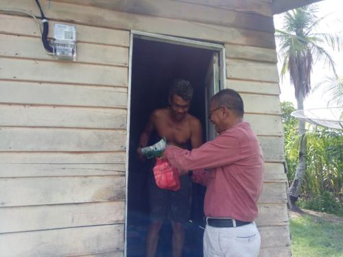 Anggota DPRD Meranti At Taufiek Bagikan Sembako ke Warga Kurang Mampu