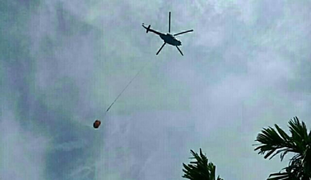 Helikopter Padamkan Sisa Api Dalam Gambut Karhutla Kuala Kampar Pelalawan yang Masih Berasap