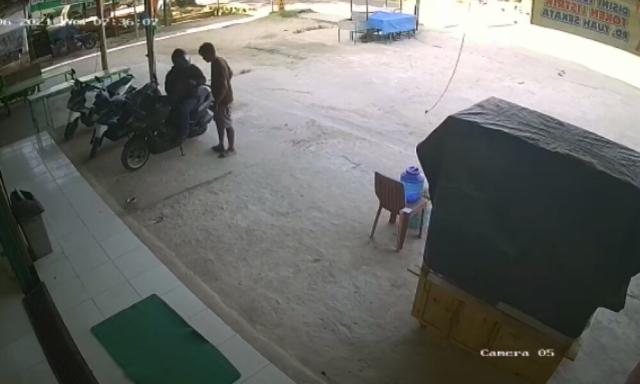 Aksi Curanmor di Minimarket Pelalawan Terekam CCTV, Pelaku Dua Orang