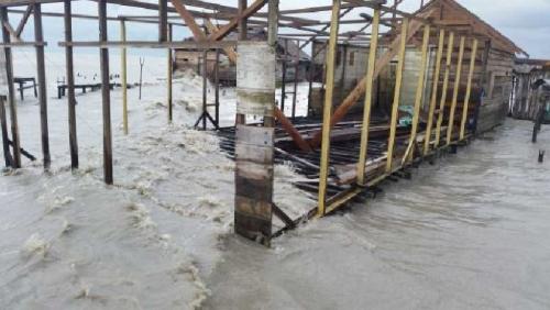 Sedang Terjadi Gelombang Tinggi di Kuala Selat Inhil, Rumah Jatuh ke Laut, Penduduk Diungsikan