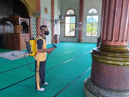 Cegah Penyebaran Covid-19, Polsek Merbau Semprot Disinfektan di Masjid