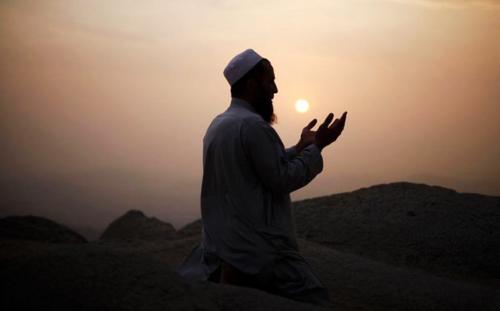 Kisah Mualaf Uskup Agung yang Menggemparkan, Rumahnya Dibom Saat Ibadah Haji dan 3 Bayinya Terbunuh