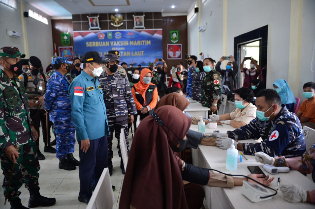 Gubernur Riau bersama TNI AL Serbuan Vaksin di Pulau Terluar Dekat Malaysia