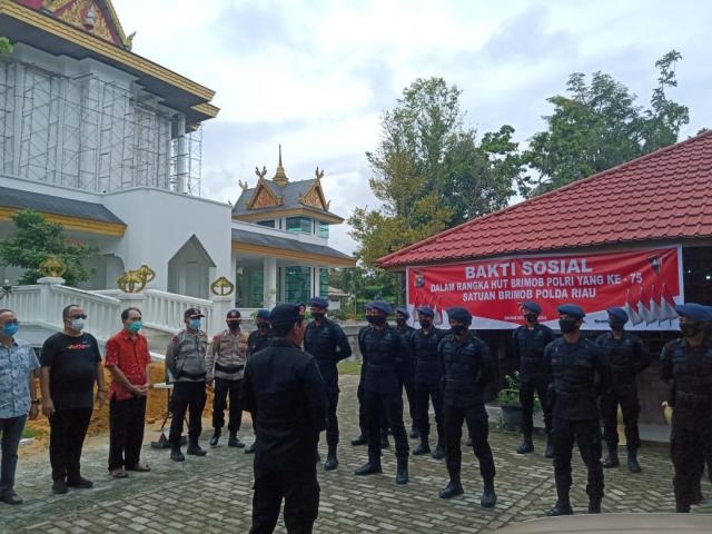 HUT ke-75, Korps Brimob Polda Riau Bersihkan Rumah Ibadah dengan Menerapkan Protokol Kesehatan