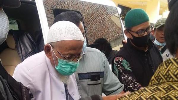 Abu Bakar Baasyir Berwudu dan Shalat Setibanya di Ponpes Ngruki