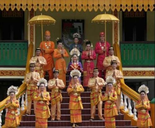 Kekayaan Budaya Riau Tercermin Pada Pakaian Adatnya