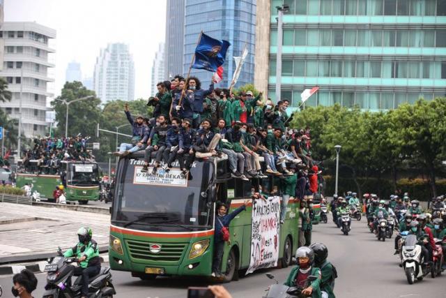 Semua Sekat di Tangerang Jebol, Ribuan Mahasiwa dan Buruh Mengalir ke Jakarta