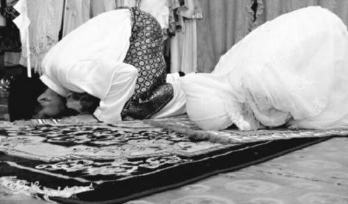 Suami Tidak Shalat Diharamkan Menggauli Istrinya?