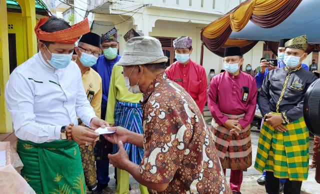 Program Meranti Konsumtif Baznas, Bupati Adil Serahkan Zakat, Infaq dan Shodaqoh kepada Fakir, Miskin dan Muallaf