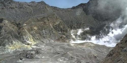 Gunung Api Meletus, 100 Wisatawan Belum Diketahui Nasibnya