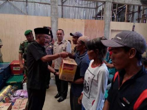 Pemkab Inhil Serahkan Bantuan untuk Korban Gelombang Tinggi di Kuala Selat