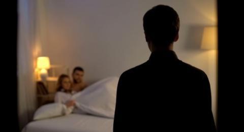 Suami Pergoki Istri Digauli Pria Lain Gara-gara Dengar Tempat Tidur Berderit-derit
