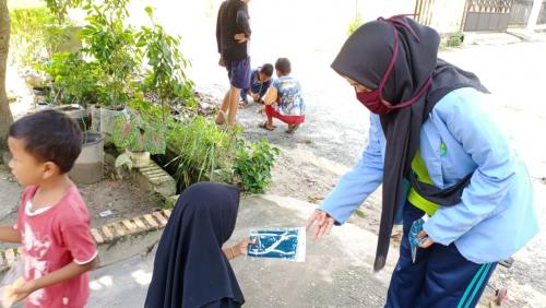 Tim Kukerta Unri Bagikan Ratusan Masker Kain di Kelurahan Perhentian Marpoyan