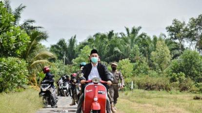 Kendarai Vespa Klasik Merah, Wali Kota Dumai Susuri Pelosok Bagikan Sembako
