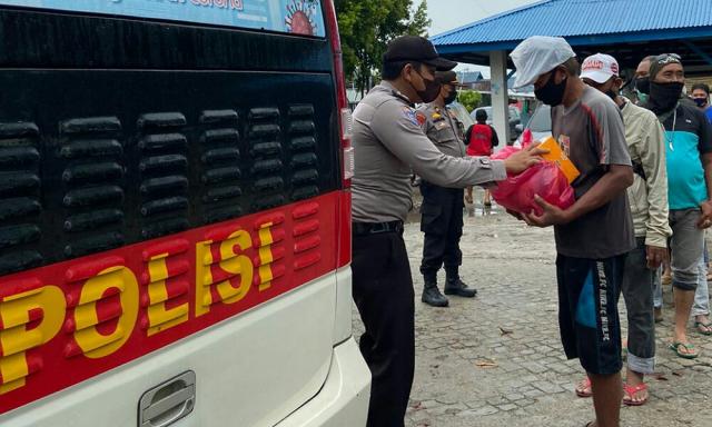 Bagikan Sembako, Sat Binmas Polres Inhil Ajak Pemulung dan Buruh Berdoa agar Pandemi Segera Berakhir