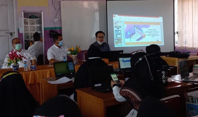 Prodi S2 Administrasi Pendidikan Unri Gelar Diklat Pembelajaran Berbasis E-Learning di SMAN 1 Tualang