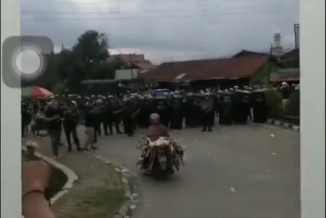 Saat Demo Mahasiswa Ricuh, Emak-emak Naik Motor Bawa Puluhan Bebek Terobos Barikade Polisi, Begini Ceritanya