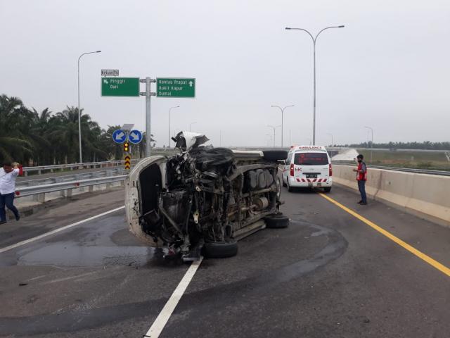 Tabrak Pembatas Jalan, Satu Unit Mobil Toyota Inova Terbalik di Tol Pekanbaru - Dumai