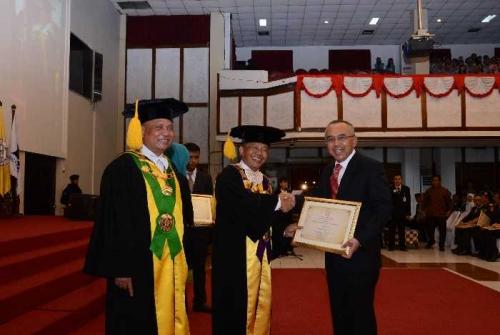 Plt Gubernur Riau Terima Penghargaan Sebagai Alumni Terbaik Universitas Sebelas Maret