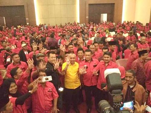 Kader PDIP se-Riau Selfi dengan Pasangan Cagub Nomor Empat
